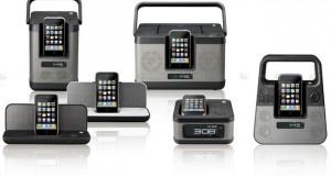 TDK vient de dévoiler ses cinq premières enceintes pour Iphone / Ipod : les Xa Lunchbox Series. Elles disposent toutes d'une radio, horloge, réveil et trois des cinq disposent d'une petite poignée pour rappeler les petites lunchbox. Ses docks n'ont rien de spécial si ce n'est leur look rétro et la non-comptabilité avec les derniers Iphone /Ipod Touch et Ipods …