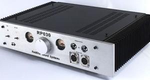 Pour le commun des mortels ce nom n'évoque pas grand chose, mais les quelques aficionados du très haut de gamme arpentant les forums audiophiles français seront ravis d'apprendre la sortie de l'amplificateur de casque RUDISTOR RP-030. De conception symétrique (amplification en Quad-mono), le RUDISTOR RP-030 affiche des spécifications impressionnantes et un prix aussi impressionnant de 3990€. Plus d'infos sur la fiche du RP-030 sur le site du constructeur. Note : […]