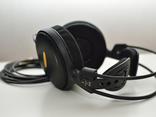 Casque ouvert relativement haut de gamme de chez Audio-Technica, l'ATH-AD1000 est un modèle particulièrement intéressant que tout amateur de musique devrait avoir la chance d'auditionner au moins une fois dans de bonnes conditions.