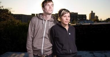 Matt & Kim est un duo de Dance Punk / indie Pop New New-yorkais, de Brookn exactement. Composé de Matt Johnson (chant/synthé) et Kim Schifino (chant/batterie). Leur musique est énergique avec des mélodies simples mais efficaces. Un seul mot d'ordre pour le duo, faire bouger nos cheveux, taper du pied et sauter partout.  Ils […]