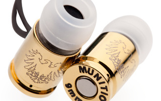 Munitio nous présente sa dernière gamme de balle 9mm qui ravira nos amis de la NRA ou plutôt ses derniers écouteurs intitulés «Nine Millimeter Earphones». En plus d'être d'un design hors du commun ils sont composés de matériaux plutôt généreux. Ils sont en effet équipés d'aimants néodines pour une meilleure dynamique, usinés dans un alliage […]