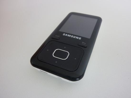 Certains pensaient que Samsung délaisserait complètement sa gamme de baladeurs classiques pour se concentrer sur les Galaxy Player tournant sous Android. Mais comme chaque année pour la rentrée scolaire, Samsung a présenté une nouvelle gamme de baladeurs mp3 composée cette fois des YP-R2, YP-Z3 et YP-F3.