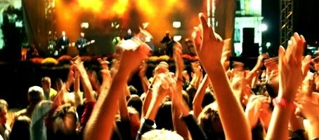 Par Cyd07. Que se passe-t-il entre le concert live déchainé, toutes guitares hurlantes, et le moment où vous swinguez comme un crétin dans le métro, sur le même son qui passe dans votre casque ? Non, en fait j'exagère, on ne va pas ici suivre tout ce chemin : nous passerons sous silence l'enregistrement du […]
