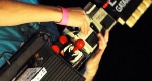 Un geek du nom de cTrix vient de se faire connaitre grace à une de ses inventions musicales complètement barrée : une Atari 2600 transformée en guitare qu' il a appelé la gAtari.