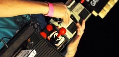 Un geek du nom de cTrix vient de se faire connaitre grace à une de ses inventions musicales complètement barrée : une Atari 2600 transformée en guitare qu' il a appelé la gAtari. La musique à base de 8-bits existe déja, certes (voir aussi 4mat), mais il n' en reste pas moins que cet australien […]