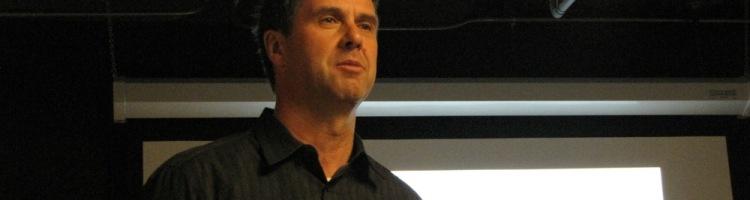 Ancien cadre de chez Microsoft, Robbie Bach a dirigé la division divertissement : il participa ainsi au lancement de la Xbox qui fut un veritable succès, mais aussi à celui du Zune