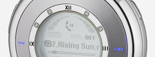«Connaissez-vous le YP-W3 ?Il s'agit du baladeur mp3 Samsung le plus rare et le plus exclusif jamais sorti, présenté pour la 1ère fois au CES 2005 en Janvier. Il arbore un style néo-rétro en forme de montre à gousset original et sympathique.Il affiche d'ailleurs l'heure avec des aiguilles pour pousser le concept néo-rétro jusqu'au bout. […]
