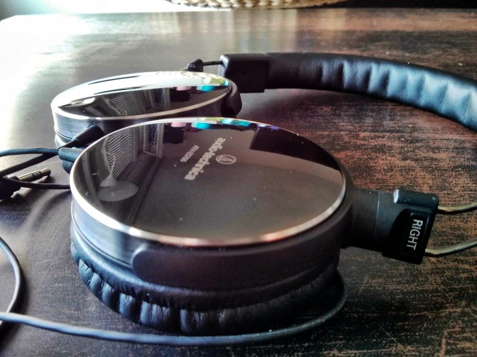 Présentation L'Audio-Technica ATH-ES700 est un casque nomade supra-aural fermé sorti courant 2013 et destiné à remplacer l'ATH-ES7, sorti il y a maintenant quelques années (2008).