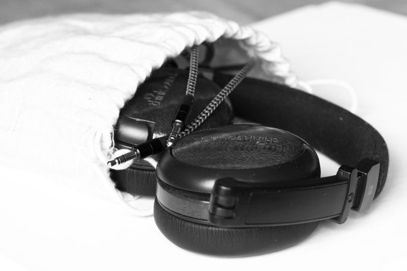 Fig2 : le bundle. Le casque, la housse et le joli cable très chiant.
