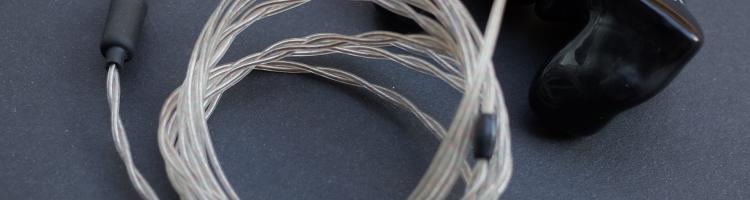 En revue aujourd'hui le câble BaX de la marque danoise ES-Linum. Au menu : légèreté, solidité et sonorité !  La marque et la technologie Estron est un fabricant danois de câbles et de composants dédiés à équiper les prothèses auditives. L'histoire aurait dû s'arrêter là et ne pas intéresser les audiophiles, mais il s'avère […]