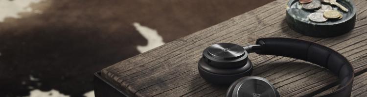 Après les téléphones et les souris, désormais, beaucoup de casques sans fil la mode est au retrait des cordons sur les casques nomades. En sus des Sennheiser présentés hier, pas étonnant du coup d'avoir chargé la DeLorean avec deux nouveautés : le Bang&Olufsen Beoplay H8 et l'Urbanears Plattan ADV Wireless.