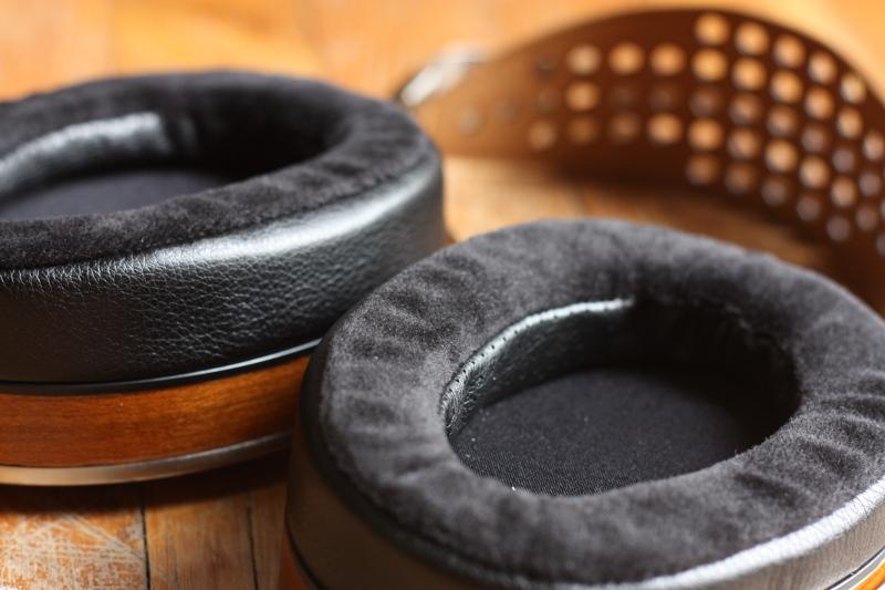 Coussinet de type «Focus-A» mélangeant du velours et du simili cuir perforé.